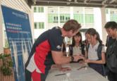400部华为学生手机助力 深圳曼彻斯通城堡学校启动纯粹校园生活计划