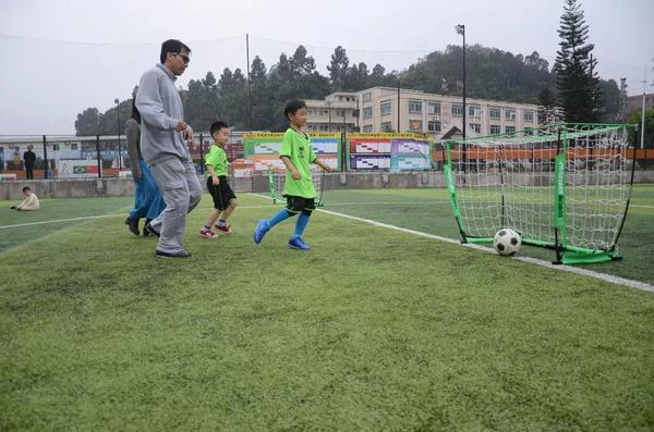 解决校园足球场地局限性问题